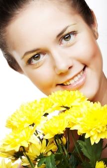 Visage de femme avec le chrysanthème jaune