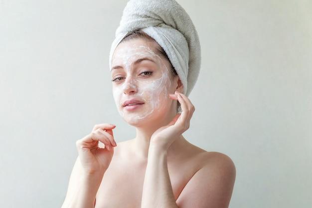 Visage de femme avec de la crème ou un masque nourrissant.