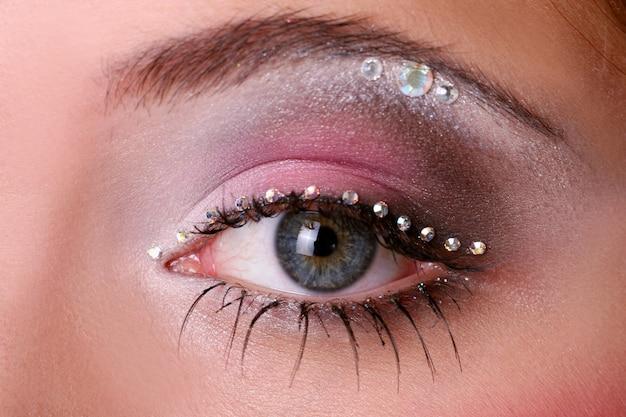 Visage de femme fashion avec beau maquillage