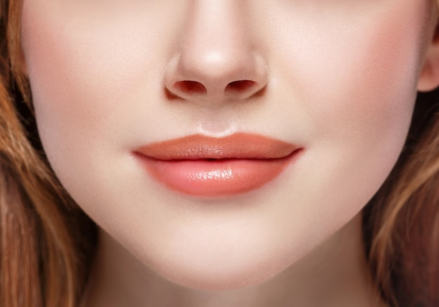 Visage de femme lèvres et nez studio fond blanc bouchent