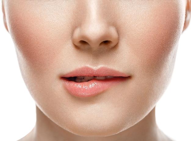 Visage de femme lèvres et nez studio fond blanc