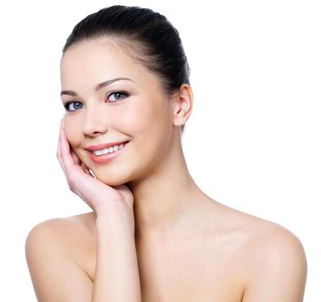Visage de femme avec une peau fraîche et propre