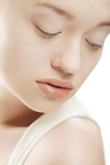 Visage de femme avec une peau propre - isolée on white