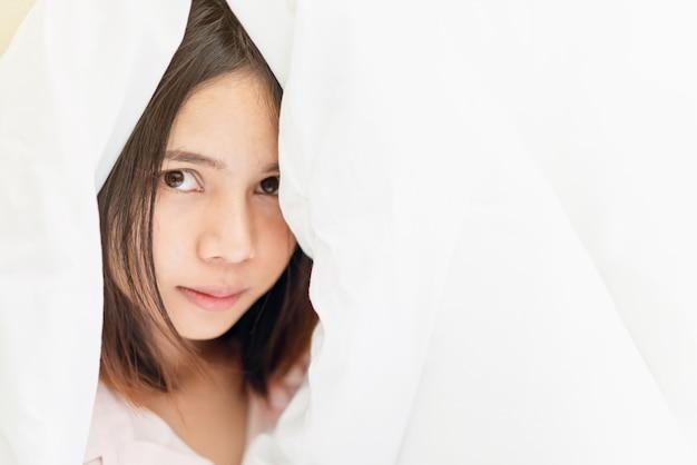 Le visage d'une femme avec une peau saine. les yeux sont tournés vers l'avenir. espace de copie pour une utilisation dans un
