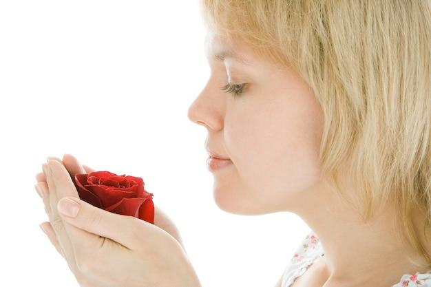 Visage de femme yaoung beauté close-up avec fleur rose sur fond blanc