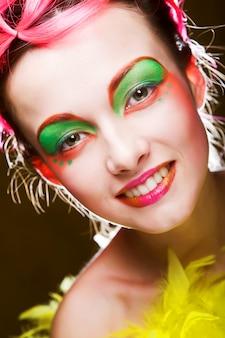 Visage d'une fille au visage créatif