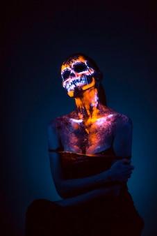 Visage de fille peint crâne uv