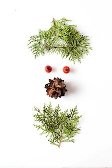 Visage de gnome ou d'elfe à partir de matériaux naturels. image de silhouette de noël dans le concept de design minimaliste