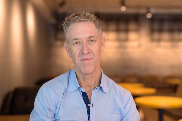 Visage d'homme d'affaires mature au café