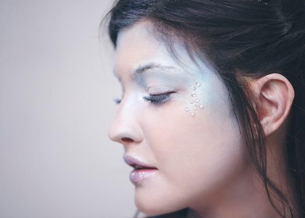 Visage humain en maquillage givré