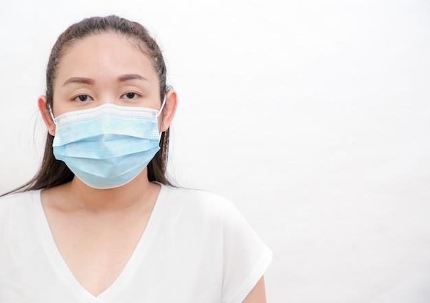 Le visage d'image d'une jeune femme asiatique et de sa famille portant un masque pour empêcher les germes, les fumées toxiques et la poussière. prévention des infections bactériennes corona virus ou covid 19