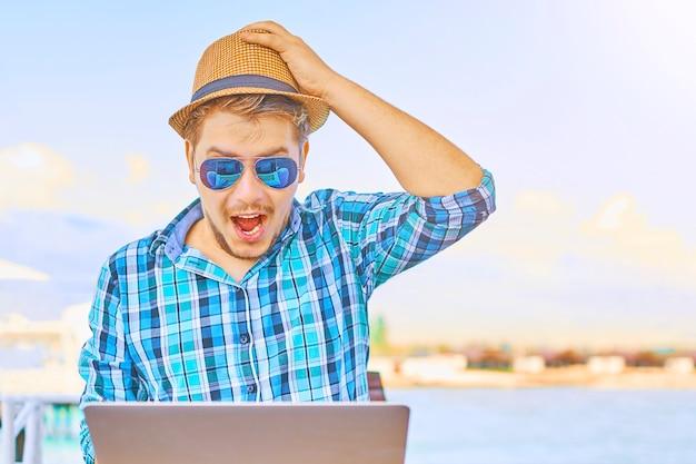 Visage incroyable du travailleur, dans l'ordinateur.