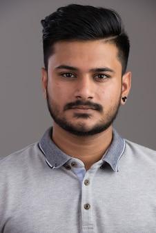 Visage de jeune bel homme indien