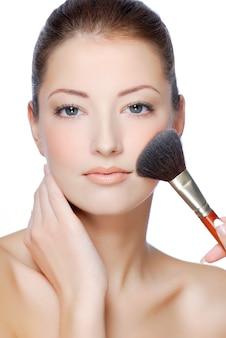 Visage de jeune femme gros plan avec maquillage beauté naturelle