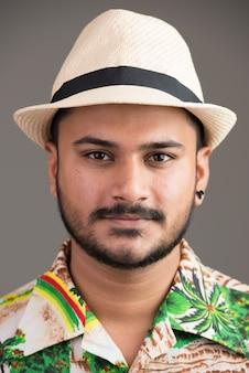 Visage de jeune homme indien beau prêt pour les vacances