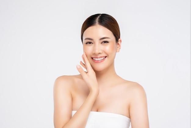 Visage de jolie femme asiatique radieuse jeune pour concept de beauté