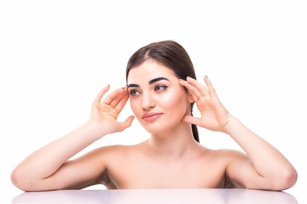 Visage de jolie jeune femme en bonne santé avec du maquillage nude. concept de soins de la peau et de cosmétologie