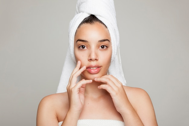 Le visage et les mains du modèle après le traitement de beauté