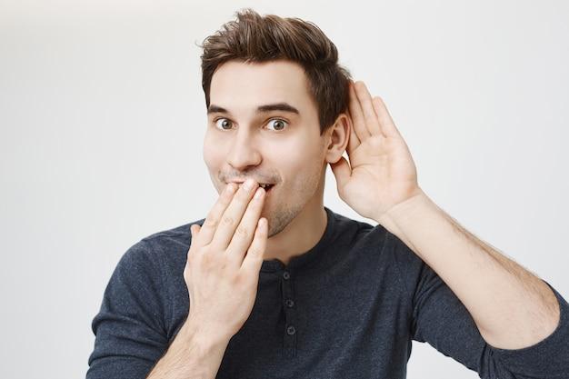Le visage d'un mec excité a découvert des potins intéressants, une écoute clandestine