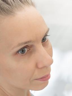 Visage à moitié tourné d'une femme d'âge moyen