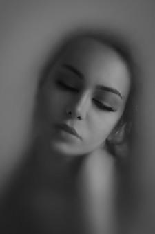 Visage nu de fille dans l'ombre de vapeur blure