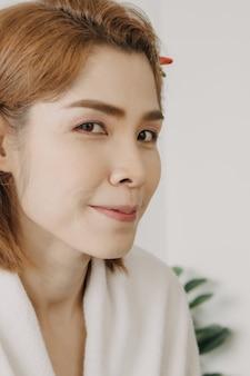 Le Visage Nu D'un Modèle De Femme Asiatique Se Prépare à être Maquillé Par L'artiste Photo Premium