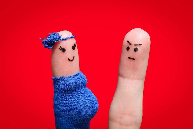 Visage peint sur les doigts. l'homme était contrarié parce que la femme est enceinte