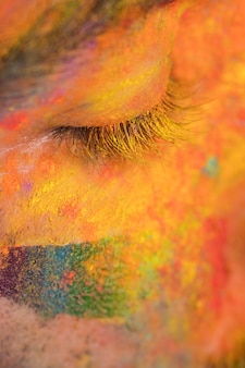 Visage en peinture colorée