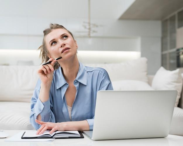 Visage de pensée de femme d'affaires