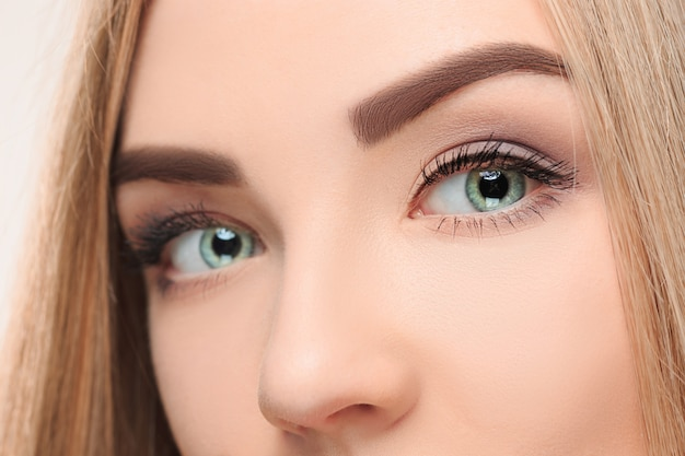 Le visage perdu de jolie fille avec de beaux grands yeux bleus