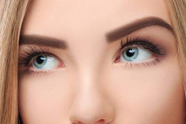 C le visage perdu de jolie fille avec de beaux grands yeux bleus