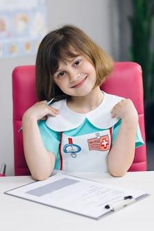 Visage portrait gros plan bel enfant regardant à l'avant et souriant