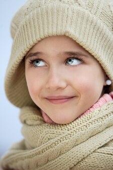 Visage précieux d'une fille adorable sur fond bleu