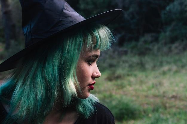 Visage de sorcière en forêt