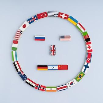 Visage souriant des drapeaux nationaux sur les dominos concept de paix et du commonwealth des nations