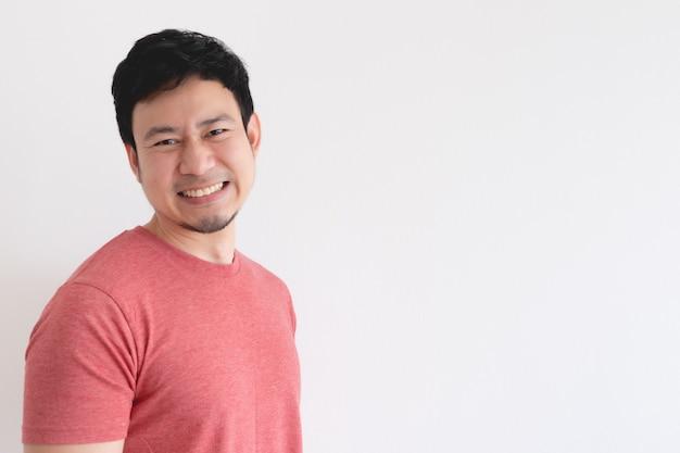 Visage souriant de l'homme asiatique heureux en t-shirt rouge isolé sur fond blanc.