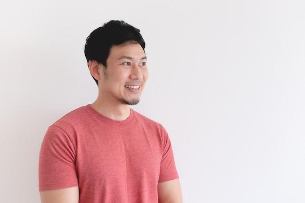 Visage souriant de l'homme heureux en tshirt rouge isolé sur fond blanc