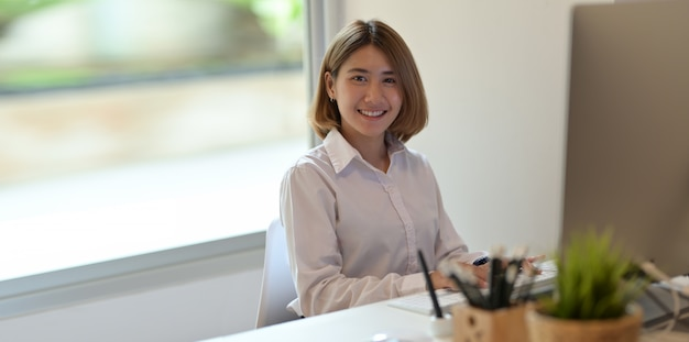 Le visage souriant d'une jeune femme d'affaires prospère