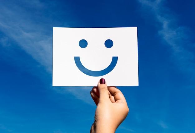 Visage souriant joyeux de papier perforé de happines