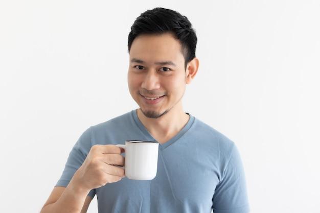 Visage de sourire heureux de l'homme boit du café sur fond isolé.