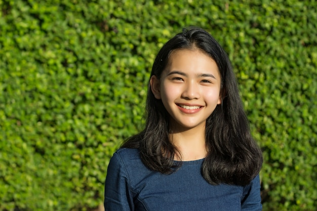 Visage de sourire mignon fille asiatique sur le parc vert