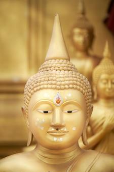 Le visage de la statue de bouddha en or