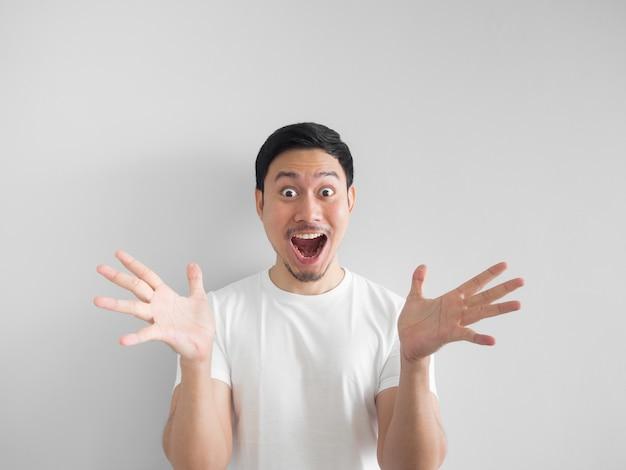 Visage surpris de l'homme asiatique heureux en chemise blanche gris clair.