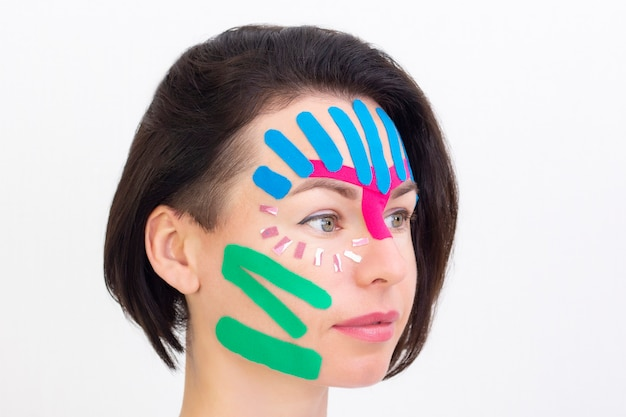 Visage taping. visage bande esthétique.