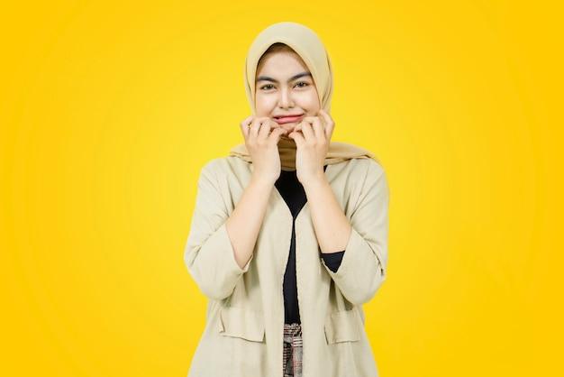 Visage triste de jeune femme asiatique sur mur jaune