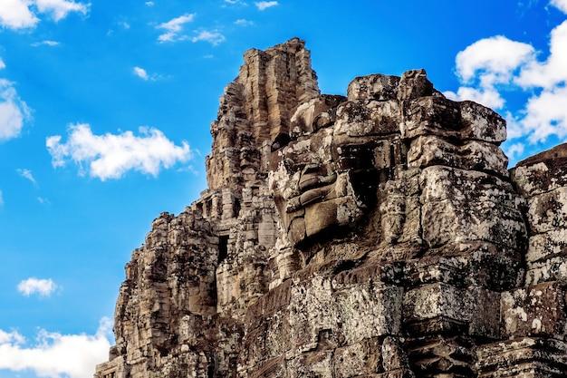 Visages de pierre antiques du temple du bayon, angkor wat, siam reap, cambodge.