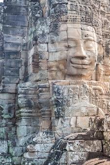 Visages de pierre dans le temple d'angkor thom, tourisme au cambodge.
