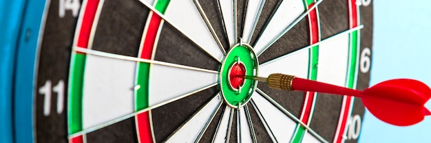 Visez avec la flèche au centre. une cible avec une fléchette rouge au centre. atteindre son but.