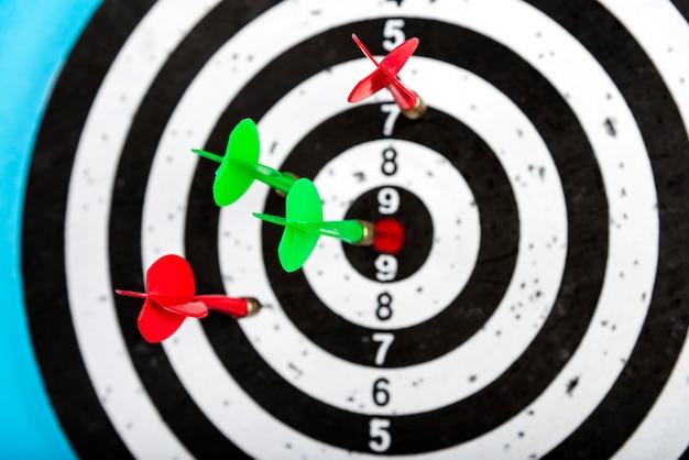 Visez avec les flèches au centre. atteindre la cible