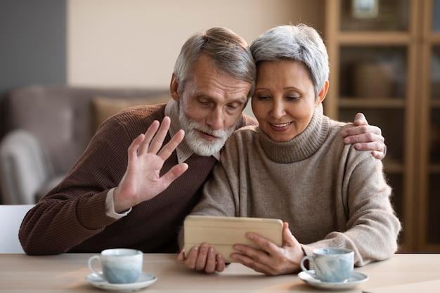 Visioconférence couple de personnes âgées